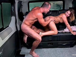 Водитель и симпатичная девушка обильно потеют во время сношения на заднем сиденье