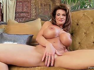 Зрелая женщина с большой красивой грудью не стесняется удовлетворять пиздёнку на камеру