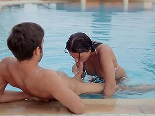Красивая брюнеточка плавает в бассейне и у неё появляется желание сделать минет