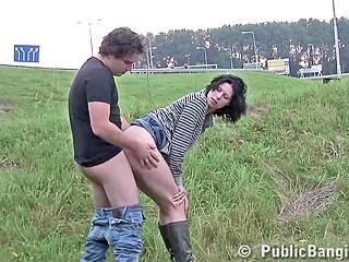 Для высокой брюнетки не проблема пососать член, перед тем как её трахнут сзади возле моста