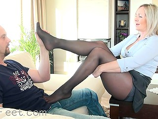 Woman in pantyhose is going to bring the guest to ejaculation using no mouth and vagina