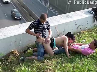 Девке нравится ебаться в общественных местах и в этот раз секс происходит над оживлённой трассой