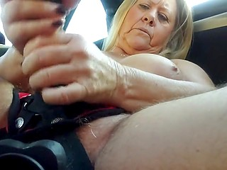 Обольстительница в возрасте не сидит без дела и тонет в море удовольствия с надетым страпоном