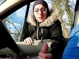 Сердце арабской обольстительницы в очках не выдержало и она помогла мальчику кончить