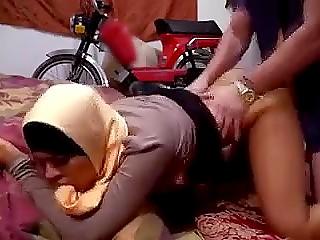 Арабка пробирается в дом, чтобы украсть мопед, но хозяин ловит её и трахает в пизду