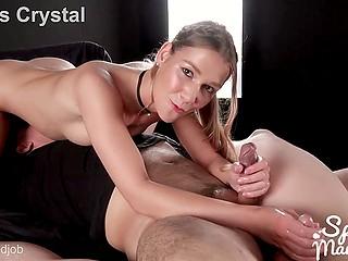 Стройная студентка Alexis Crystal любит добывать сперму, запасы которой нескончаемы