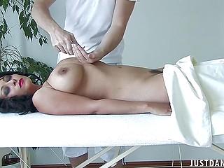 Чернокожая бизнесвумен с крупным бюстом расслабляется благодаря обнажённому массажу