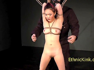 Азиатка знает этого извращенца, но никогда не думала, что он привяжет и будет щекотать её
