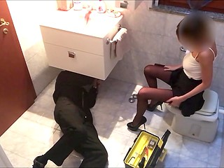 Чувак установил скрытую камеру, чтобы видеть как его девушка светит вагиной для рабочего