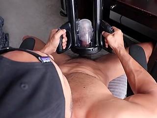 Мальчик не прячется, а напротив транслирует соло мастурбацию со специальной машиной на весь мир