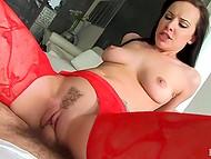 Принципы девочки в красных колготках сошли с орбиты, и она познакомила щёлочку с пенисом