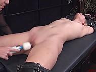 Молодуха пришла к госпоже, чтобы та её сковала и пощекотала клитор пальчиками и вибратором