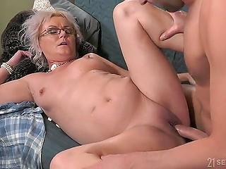 Ссора между красивой бабулей и её молодым кавалером плавно перетекает в жаркий секс