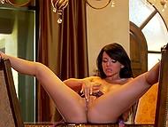 Соблазнительная преподавательница по танцам залезает на стол, чтобы запустить пальцы в писечку