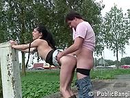 Худощавая брюнетка отдаётся довольному мужику на улице возле оживлённого шоссе