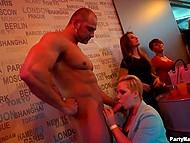 Молодые женщины пришли в клуб и напились, а значит будут сосать всем стриптизёрам