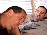 Мужик лёгкого поведения курит толстую сигару парня и за доплату даёт гею оттрахать себя в задницу
