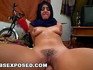 Ради денег арабская девушка сосёт американскому дипломату и прыгает на его члене