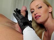 Чешская блондинка Kathia Nobili надевает чёрные перчатки и принимается гонять член руками