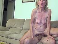 Светловолосая бабуля наслаждается жарким сексом с умелым кавалером на диване